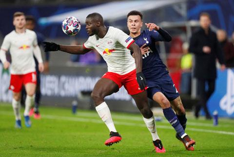 Đang là trung vệ trụ cột của Leipzig, Upamecano (trái) hoàn toàn có cơ hội tỏa sáng cùng ĐT Pháp tại EURO 2021