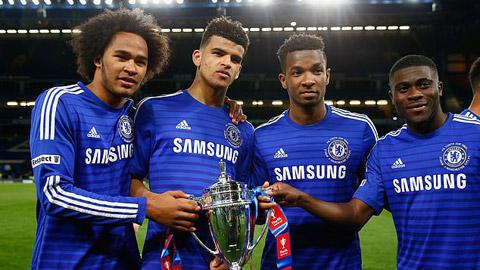 Boga (ngoài cùng bên phải) vô địch FA Youth Cup cùng đội trẻ Chelsea