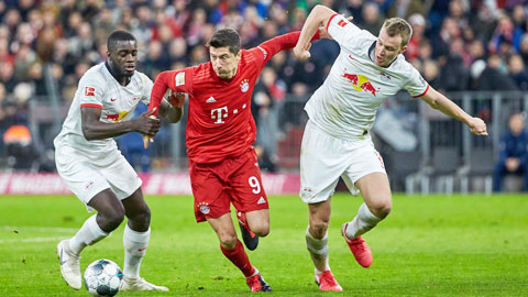 Bayern (áo sẫm) và Leipzig có thể sẽ ăn ở tập trung, thi đấu tại một địa điểm trong phần còn lại của Bundesliga 2019/20