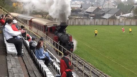 Những video độc, dị nhất tuần: Sân bóng độc nhất vô nhị với… tàu hỏa chạy dọc biên