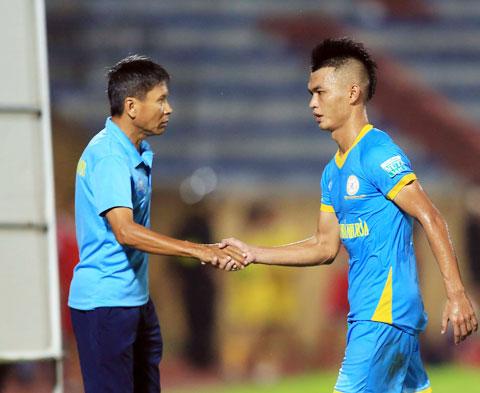 HLV Võ Đình Tân động viên cầu thủ sau một trận đấu Ảnh: Minh Tuấn
