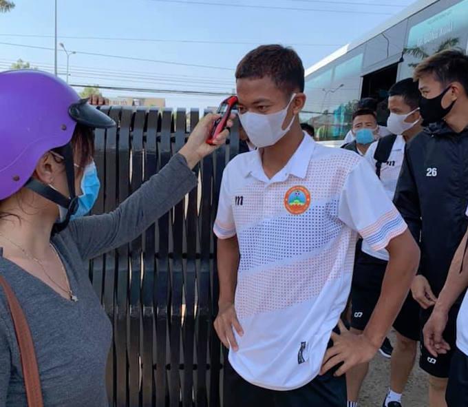 Các cầu thủ Bình Phước được kiểm tra thân nhiệt thường xuyên