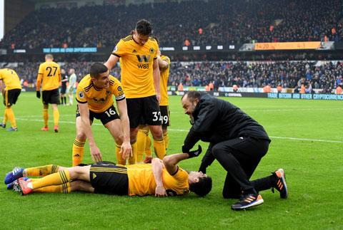 HLV Nuno lao vào sân chia vui cùng học trò sau khi Wolves đánh bại Leicester 4-3 ở đúng phút 90+3