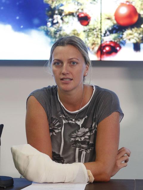Petra Kvitova tổ chức họp báo chỉ 3 ngày sau vụ tấn công suýt khiến cô bị đứt lìa ngón tay.