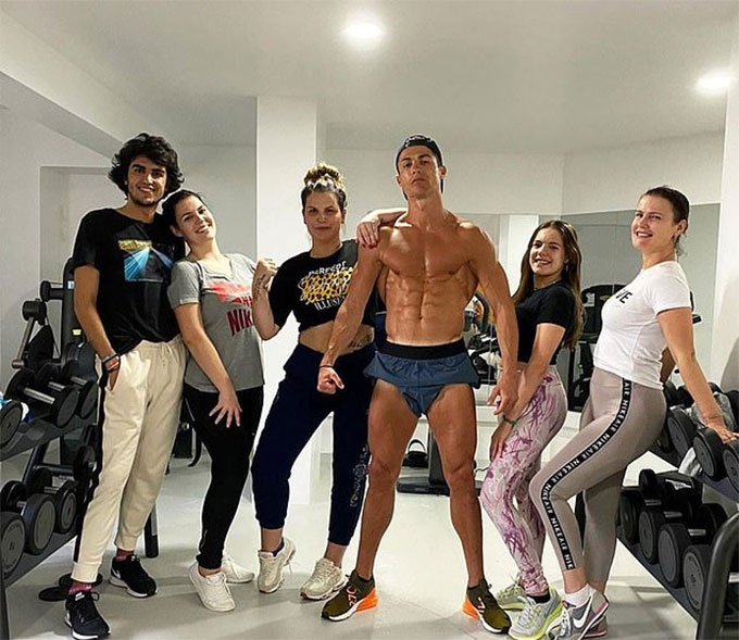 Ronaldo khoe cơ bắp cuồn cuộn