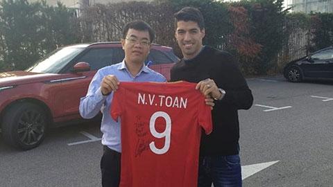 Luis Suarez ký tặng Văn Toàn lên áo số 9 của ĐT Việt Nam