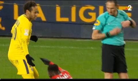 Neymar đã chơi không đẹp với đồng nghiệp