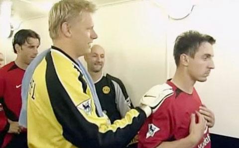 G.Neville từ chối bắt tay với đàn anh cũng là đồng đội cũ