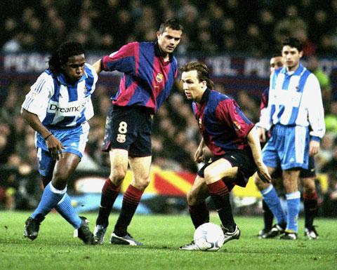 Zenden (thứ 3 từ trái sang) trong một trận đấu của Barca