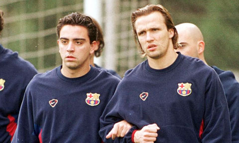 Xavi (trái) và Zenden khi còn thi đấu cho Barca