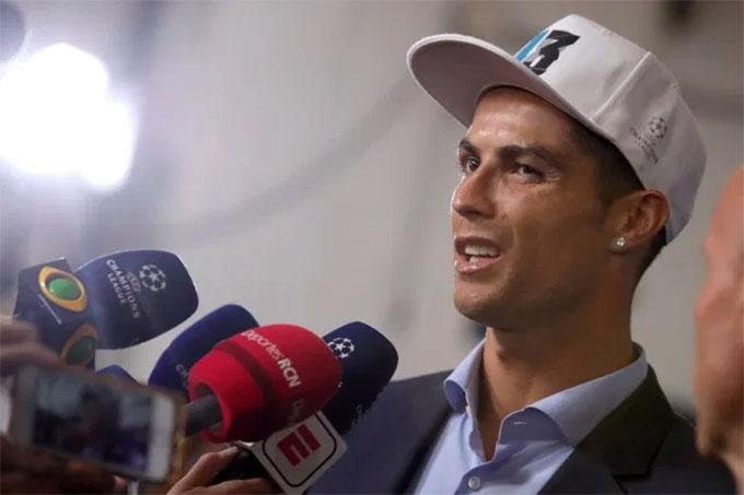 Ronaldo tỏ ra khó chịu trước cánh phóng viên