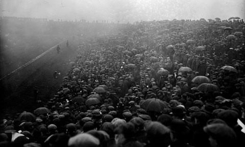 Sân Old Trafford chật kín khán giả theo dõi trận chung kết