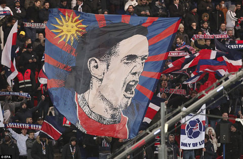 Cavani luôn thi đấu rất nhiệt và rất được lòng CĐV PSG bởi sự tận tụy của mình