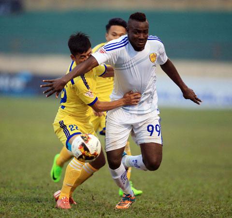 Suleiman (phải) khi còn thi đấu cho Quảng Nam FC Ảnh: MINH TUẤN