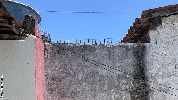 Bức tường sân sau nơi Firmino phải trèo ra chơi bóng