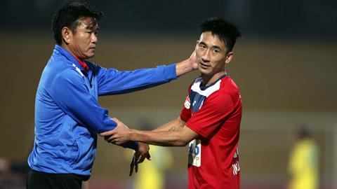 HLV Phan Thanh Hùng động viên học trò sau một trận đấuẢnh: Phan Tùng