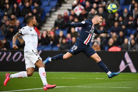 Sarabia (phải) bay người dứt điểm dũng mãnh trong một trận đấu ở Ligue 1