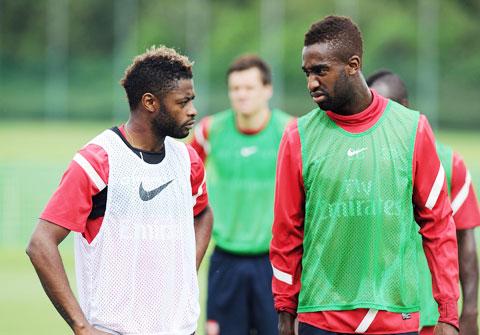 Song (trái) và Djourou là 2 trong 9 cầu thủ vừa bị FC Sion sa thải vì từ chối giảm lương