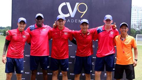 Endene (thứ hai từ trái qua) tại Học viện bóng đá cộng đồng CV9