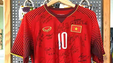 Bán đấu giá áo vô địch AFF Cup, Văn Quyết mua khẩu trang tặng bác sĩ