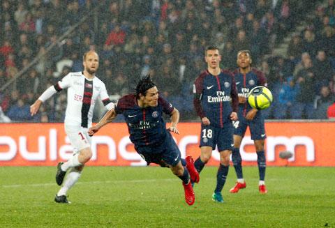 Cavani dũng mãnh trong một pha đánh đầu tại Ligue 1