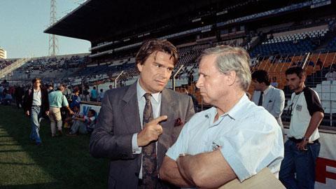 Quá trình thương lượng giữa Maradona và phía Marseille diễn ra rất thuận lợi nhưng cuối cùng chủ tịch Tapie (trái) cùng GĐTT Hilgado không mua anh