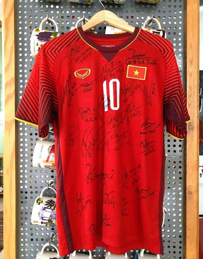 Chiếc áo của Văn Quyết bán đấu giá được 50 triệu đồng. Ảnh: Đức Thuận