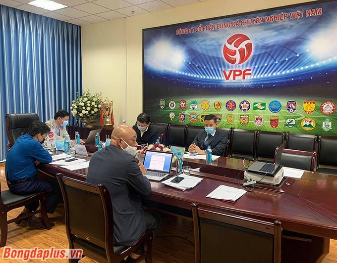 VPF lắng nghe ý kiến đóng góp của các CLB tham dự cuộc họp trực tuyến - Ảnh: Thiên Minh