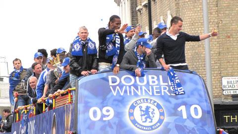 Drogba và đồng đội ăn mừng chức vô địch Premier League 2009/10