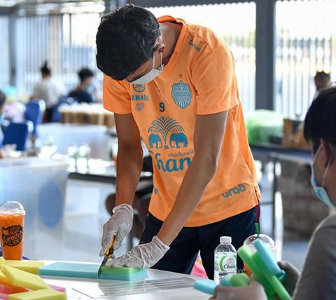 Supachai Jaided cũng góp mặt và tham gia nhiệt tình cùng các đồng đội