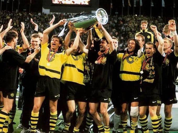 9.Áo đấuDortmundở mùa giải 1996/97được bán với giá 340 euro:Đây là mùa giải không thành công của Dortmund ở giải quốc nội khi chỉ xếp thứ 3 tại Bundesliga, á quân cúp quốc gia Đức, vô địch Siêu cúp Đức và giành Champions League