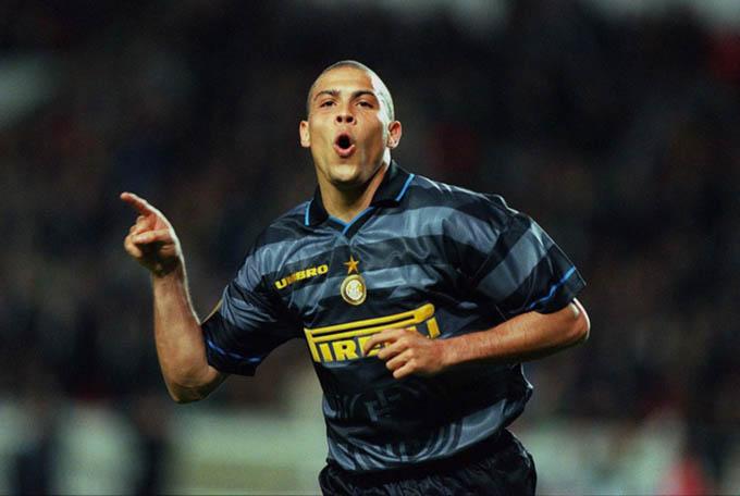 """6.Áo đấuInter Milan ở mùa giải 1997/98được bán với giá 425 euro: Nhiều CĐV Inter và trên khắp thế giới vẫn thích kiểu áo này của Inter. Đó là mùa giải mà Inter sở hữu trong đội hình """"Người ngoài hành tinh"""" Ronaldo, Ivan Zamorano,Javier Zanetti, Youri Djorkaeff, Diego Simeone... nhưng lại chỉ giành được ngôi á quân Serie A, lọt vào bán kết Coppa Italia nhưng vô địch UEFA Cup"""
