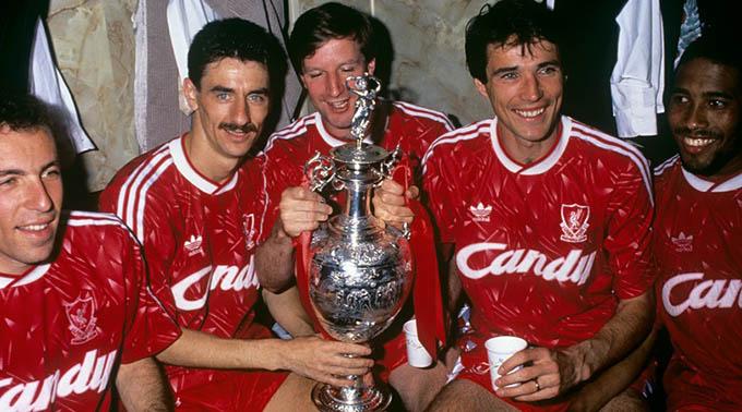 8.Áo đấu Liverpool ở giai đoạn 1989/91được bán với giá 400 euro:Ở giai đoạn này, Liverpool chỉ 1 lần đăng quang tại giải VĐQG Anh (còn gọi là First Division chứ chưa đổi thành Premier League) và 1 Siêu cúp Anh
