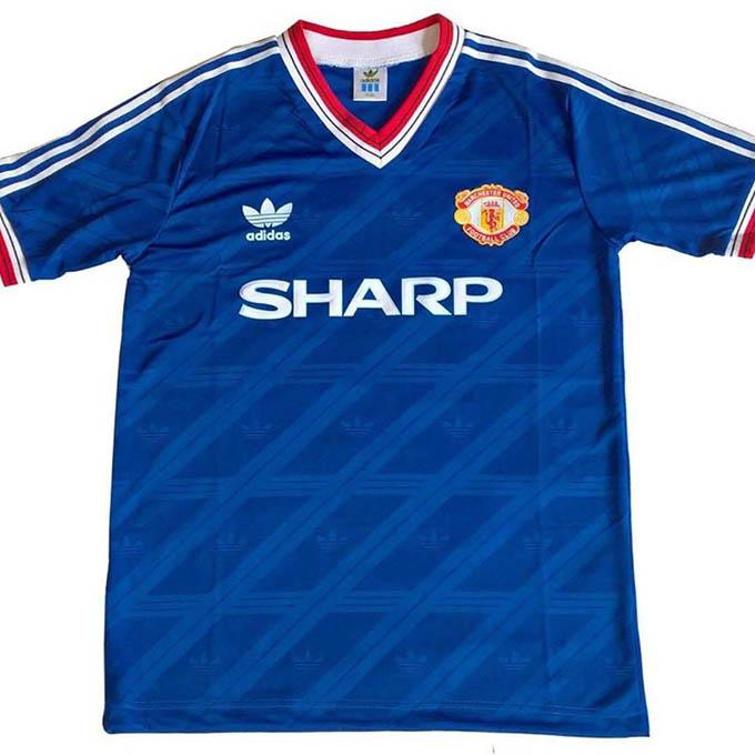 3.Áo đấu Manchester Unitedở giai đoạn 1986-1988được bán với giá 510 euro:M.U lúc này còn được dẫn dắt bởi HLV Sir Alex Ferguson nhưng lại không giành được bất kỳ danh hiệu nào