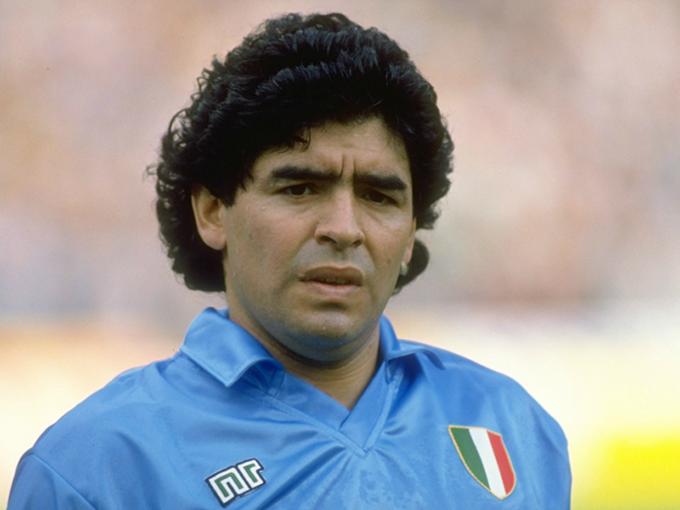 2.Áo đấu Napoli ở mùa giải 1990/91 được bán với giá 570 euro:Ở mùa giải này, Napoli sở hữu trong tay những cầu thủ chất lượng như Ciro Ferrara, Gianfranco Zola và đặc biệt là Diego Maradona. Tuy nhiên, họ lại chỉ đứng thứ 9 ở Serie A, lọt vào bán kết Coppa Italia, có mặt ở vòng 1/8 UEFA Cup nhưng vô địch Siêu cúp Italia
