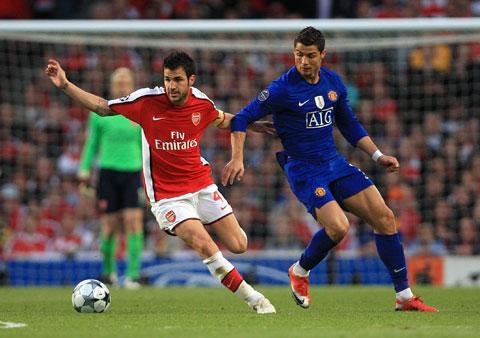 Dù chơi ở vị trí tiền vệ phòng ngự tại Arsenal, nhưng Fabregas (trái) luôn là vua kiến tạo ở Premier League