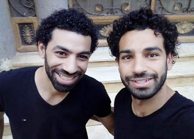 """Trong khi Mohamed Salah nổi tiếng toàn thế giới thì đồng hương Ai Cập Ahmed Bahaa cũng đang hưởng """"sái"""" danh tiếng ấy ở quê nhà. Sở dĩ anh chàng kỹ sư đang làm việc ở Giza này bỗng thu hút được sự quan tâm của báo chí vì sở hữu khuôn mặt, mái tóc và hình dáng giống hệt ngôi sao đang khoác áo Liverpool"""