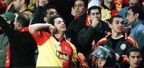 Một CĐV Galatasaray ra dấu đe dọa cắt cổ các cầu thủ Leeds