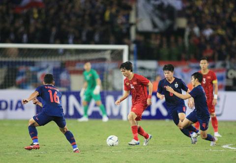 Tuấn Anh đi bóng trong vòng vây các cầu thủ Thái Lan tại vòng loại World Cup 2022Ảnh: Đức Cường
