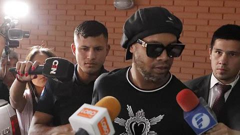 Ronaldinho ra tù nhưng chưa được trả tự do