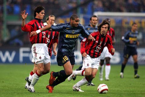 Kỹ thuật điêu luyện, sức mạnh vượt trội giúp Adriano tự tin đi bóng giữa vòng vây của 2 cựu danh thủ Milan, Kaka và Pirlo