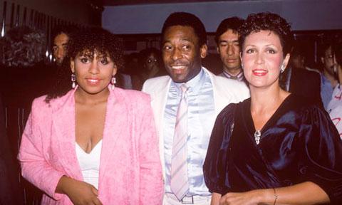 Kelly (bìa trái) chụp hình cùng Pele hồi 1985