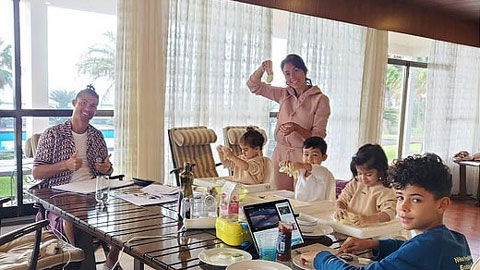 Ronaldo khoe bữa sáng tại biệt thự  thuê 3.500 bảng/tuần