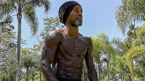 Huyền thoại 45 tuổi Brazil khoe cơ bắp cuồn cuộn như Ronaldo