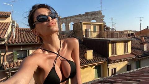Bạn gái gợi cảm của sao Serie A leo lên nóc nhà, chụp ảnh selfie