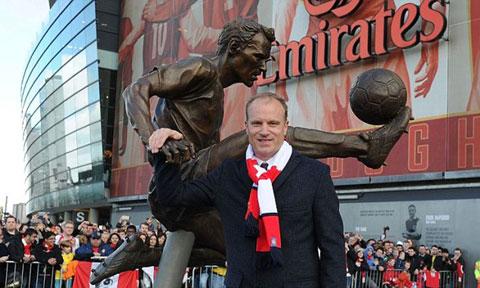 Bergkamp bên cạnh bức tượng mô phỏng pha khống chế bóng kinh điển