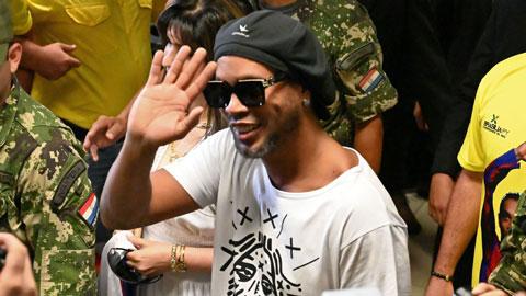 Bị quản thúc, Ronaldinho vẫn không thể bỏ thói ham vui