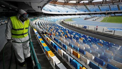 Một nhân viên y tế đang khử trùng khán đài sân San Paolo của Napoli, sân bóng này có thể sẽ tổ chức trận Napoli – Inter ngày 26/5