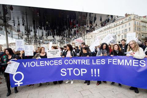 Số lượng các phụ nữ bị bạo hành đang gia tăng đội biến  tại Pháp trong dịp Covid-19