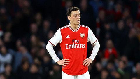 Oezil chống lại quyết định giảm 12,5% lương của Arsenal